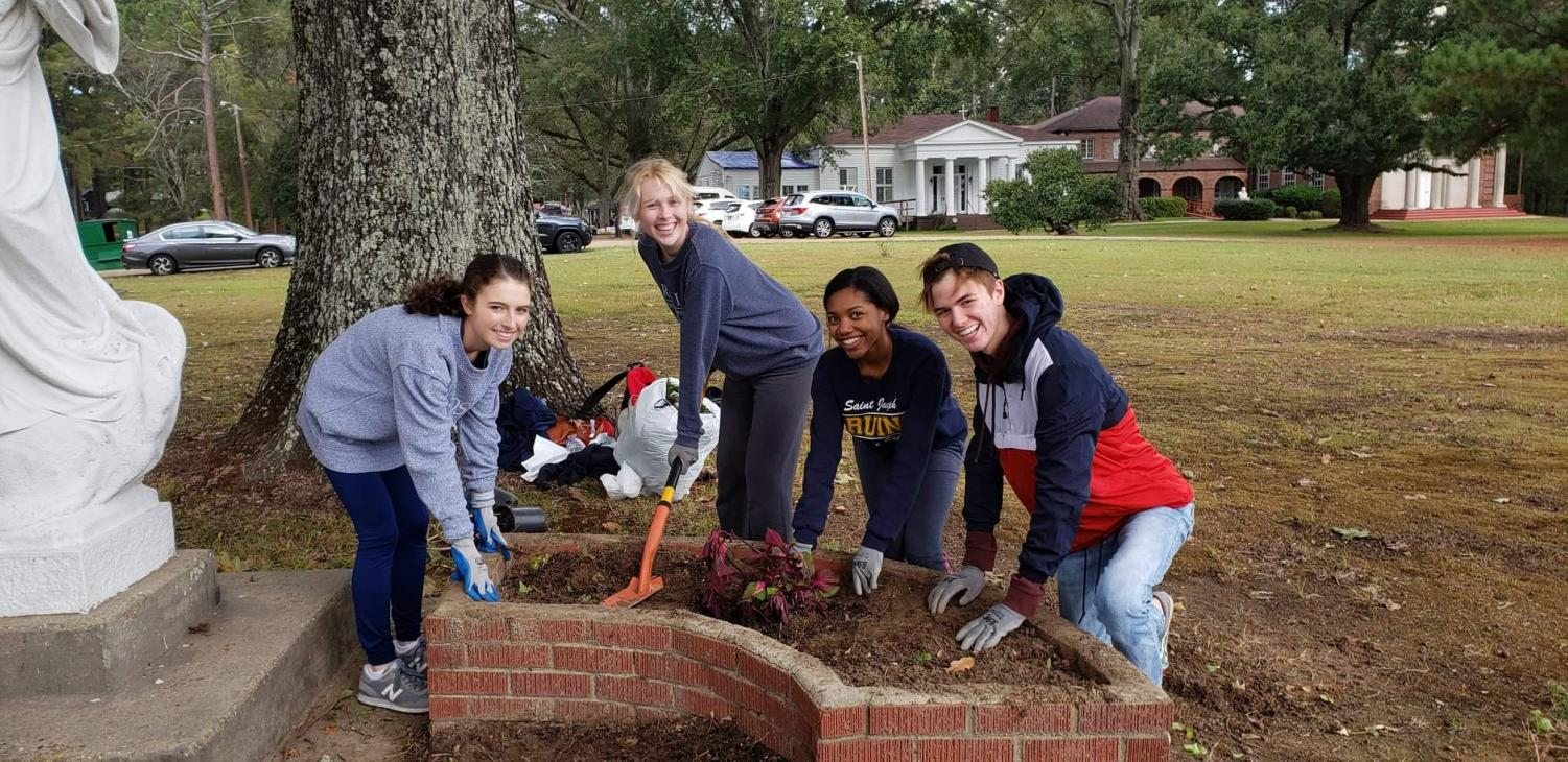 From left to right: Senior Katherine Cowger, Ava Hilton, Thyme Turner, and Anderson Nixon work at the Senior Service Day.